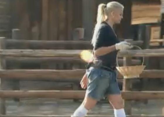 Monique Evans comemora volta da Roça com as aves (23/9/11)