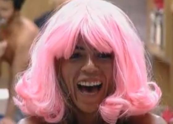 Raquel se diverte com peruca rosa (23/09/2011)
