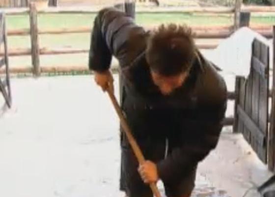 Thiago faz sozinho o trabalho que fazia junto com Dinei todas as manhãs (23/9/11)