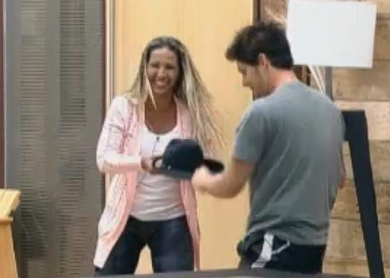 Valesca e Thiago brigam pelo chapéu do fazendeiro (25/9/11)