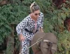 De pijamas, Joana Machado desenrola a mangueira (26/09/2011)