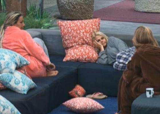 Valesca e Monique escutam lamento de Raquel (25/09/11)