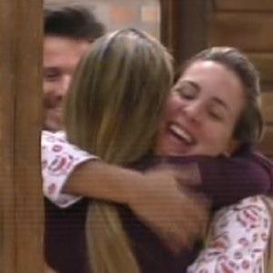 Joana abraça Valesca (27/09/11)