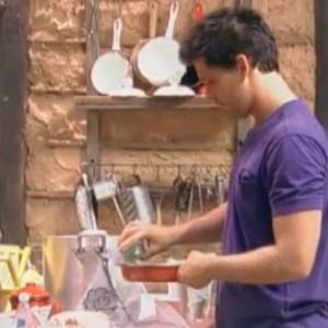 Thiago prepara pão na frigideira para o café-da-manhã (28/9/11)
