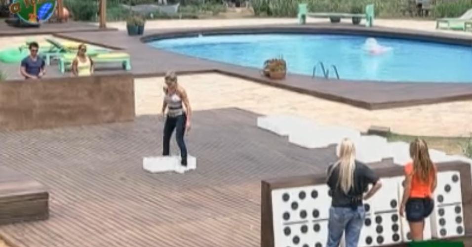 Peões jogam dominó gigante sem nenhuma empolgação (01/10/11)