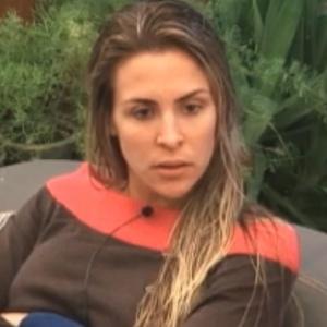 Joana Machado está indignada com Monique e Raquel (02/10/2011)