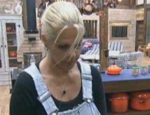 Monique Evans reclama de falta de sorte nas provas do confinamento (02/10/11)