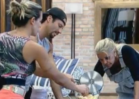 Peões preparam pavê de sobremesa a pedido da produção (02/10/11)