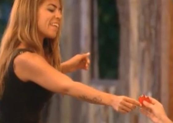 Raquel Pacheco entrega coração de origami para Monique (02/10/2011)