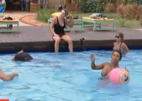Peões jogam queimada na piscina (03/10/11)