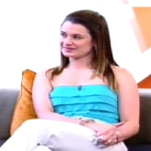 Letícia, esposa de Marlon se emocionou ao ver imagens do cantor (04/10/11)