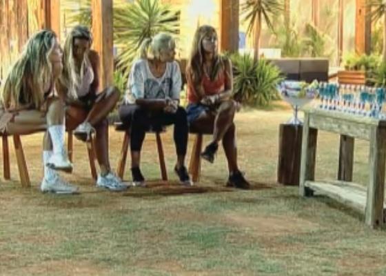 Num dos momentos de tédio da semana, Joana, Valesca, Monique e Raquel olham para água