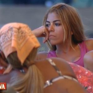 Raquel e Valesca conversam do lado de fora da sede(08/10/11)