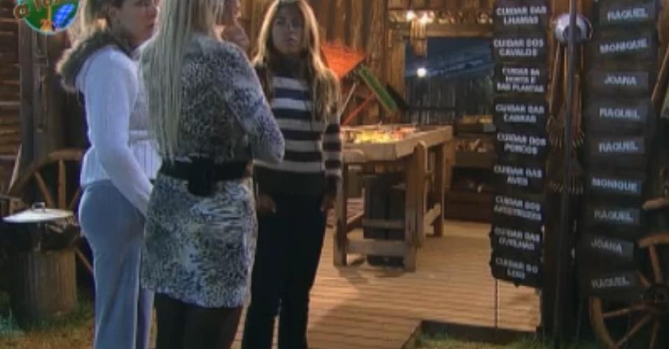As finalistas Joana, Monique e Raquel se reúnem para dividir as tarefas da fazenda (10/10/2011)