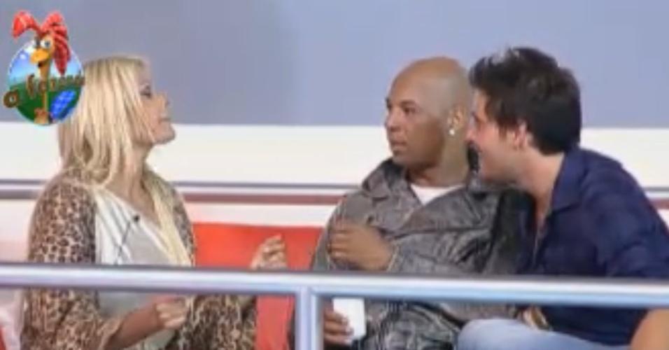 Thiago faz piada com Monique (10/10/11)