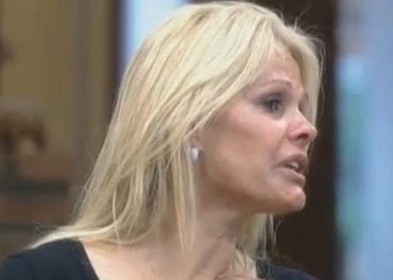 Monique conta para Joana que Valesca a tratou com frieza durante a festa (11/10/11)