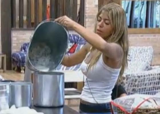 Raquel cumpre obrigações matinais após festa com ex-peões (11/10/11)