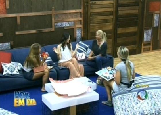 Cris Flores entrega presentes para as finalistas de A Fazenda 4 (12/10/2011)