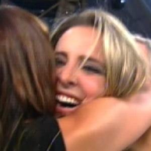 Após vitória, Joana é abraçada pelos familiares e colegas de confinamento (12/10/11)