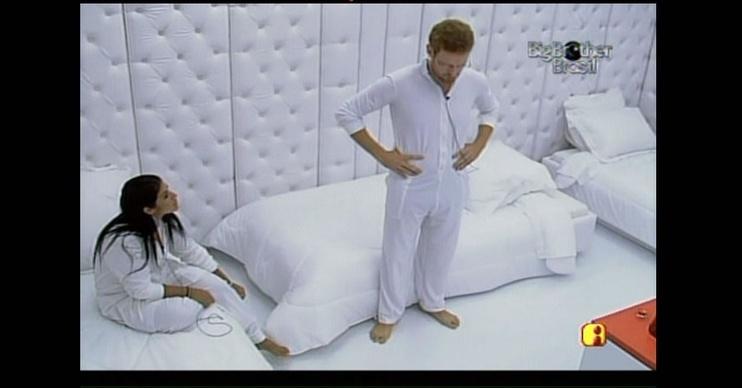 Priscila e Flávio vão para o quarto branco, no BBB9