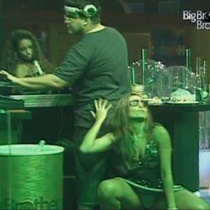 Natalia pega no bumbum de André Marques (30/1/11)