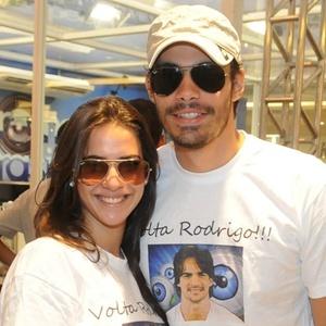Andressa Carvalho, irmã do bbb Rodrigo Carvalho e seu namorado, o ator Jean Fercondini, vão até o shopping torcer para o 'brother' (3/2/2011)