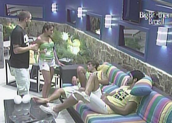 Maria pede para Mauricio participar da brincadeiras de beijos com leite condensado (23/2/11)