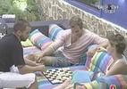 Diana, Diogo e Wesley jogam dominó na varanda