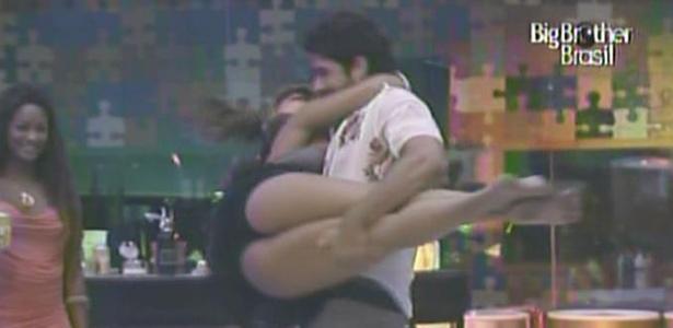 Maria faz dança acrobática com Rodrigão para o delírio dos