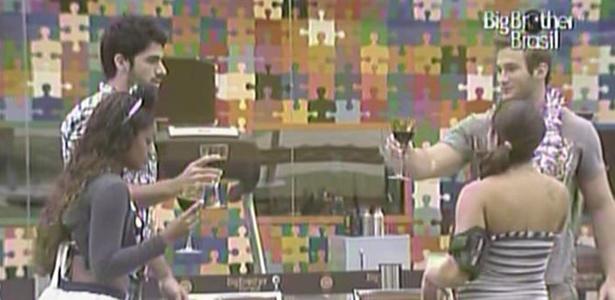 Jaqueline, Maria, Rodrigão e Wesley brindam durante o almoço italiano (5/3/11)