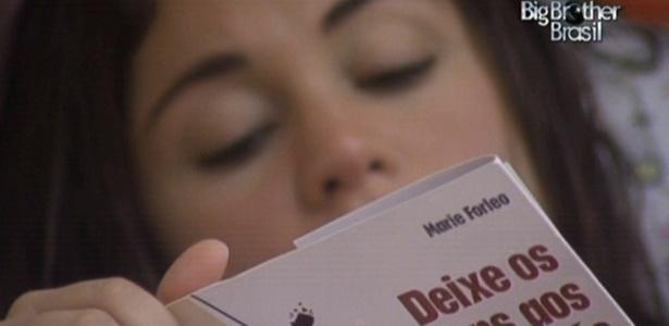 No quarto Jujuba, Maria lê livro com título curioso: