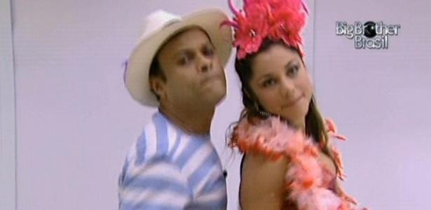 Prontos para a festa, Daniel e Maria dançam na frente do espelho da casa de luxo (5/3/11)