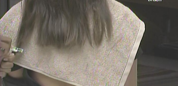Jaqueline usa lâmina de barbear para cortar os cabelos de Maria (7/3/11)