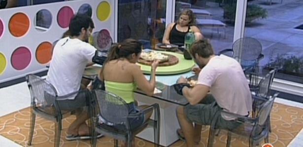 Na casa de luxo, Paulinha é a única que não prestigia o risoto de camarão preparado por Jaqueline (7/3/11)