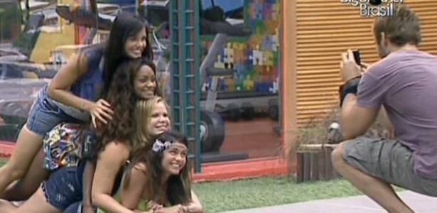 Talula, Jaque, Paula e Maria esquecem divergências e posam para câmera manuseada por Wesley (8/3/11)