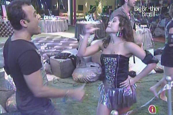 Daniel e Maria brincam quando o DJ Marlboro toca