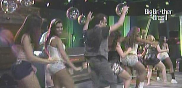 Daniel, Maria, Jaqueline e Paula dançam juntos com as dançarinas no palco (9/3/11)