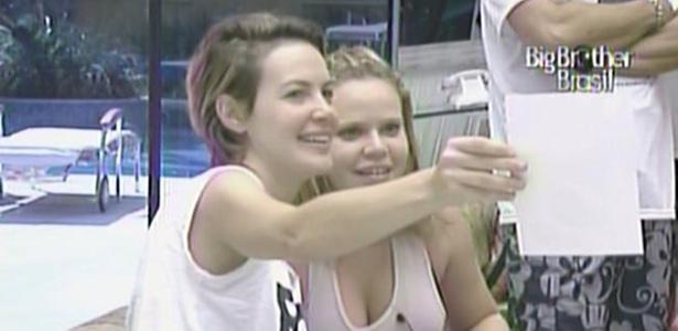 Diana mostra a foto vencedora do concurso para Paula (9/3/11)