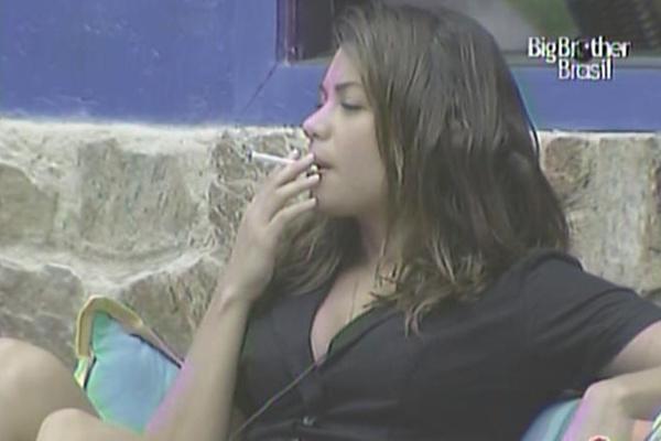 Maria adere ao fumo para tentar se acalmar (9/3/11)
