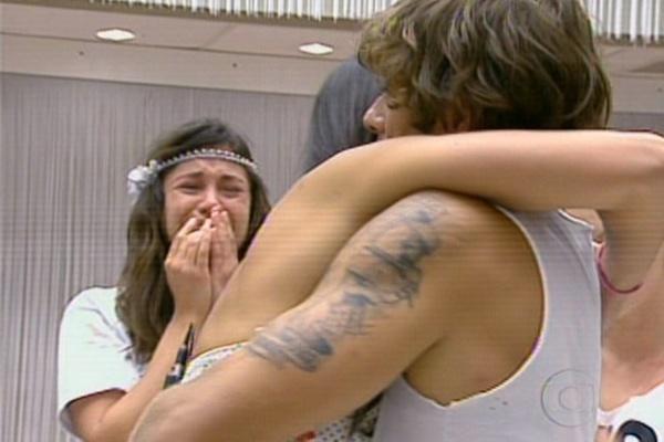 Maria fica bastante abalada com saída da amiga Talula e chora ao ver a modelo abraçar Mau Mau (8/3/11)