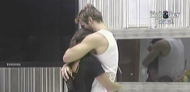 Maria ganha um abraço de Wesley nesta manhã (9/3/11)