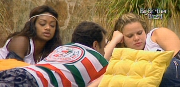 Paula, Daniel e Jaqueline conversam na área externa da casa (8/3/11)
