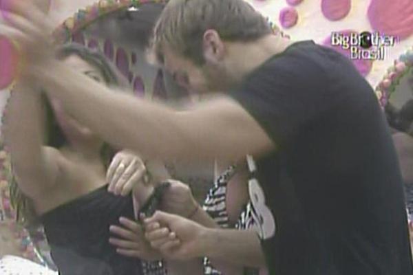 Wesley e Paula ajudam Maria a vestir sua roupa para a festa desta noite (9/3/11)
