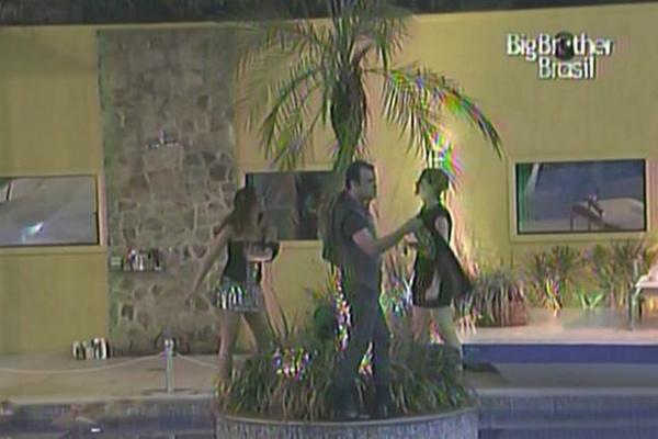 Maria, Daniel e Diana dançam no já famoso coqueiro do BBB11 (10/3/11)