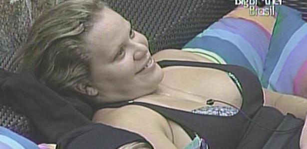 Paula diz a colegas que posaria nua, enquanto Diana cochila ao seu lado (10/3/11)
