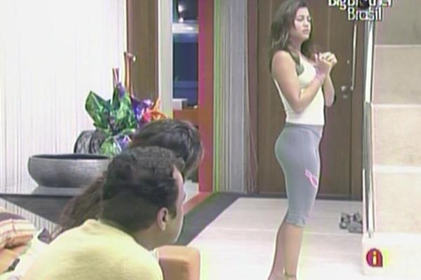 Maria conversa com Daniel e Jaqueline enquanto aguarda para deixar seu recado no raio-x (11/3/11)