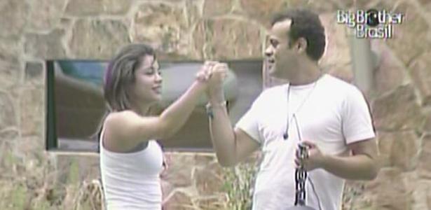Maria e Daniel comemoram após cumprir castigo do monstro no tempo estipulado pela produção (11/3/11)