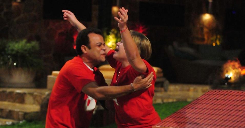 Paula recebe abraço de Daniel após vencer prova do líder e ganhar apartamento (10/3/11)