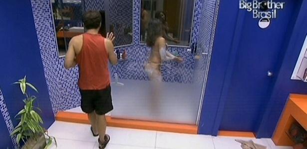 Daniel observa Maria descolorir os pêlos durante o banho (12/3/11)