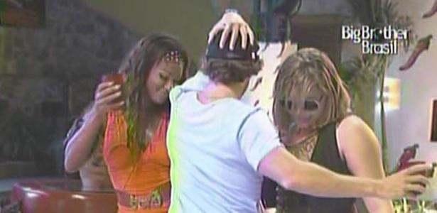 Maurico dança juntinho com Jaqueline e Paula na balada (12/3/11)